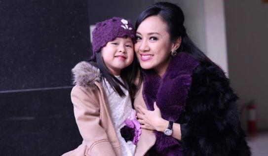 BTV Hoài Anh xinh đẹp bên con gái sau giờ lên sóng thời sự