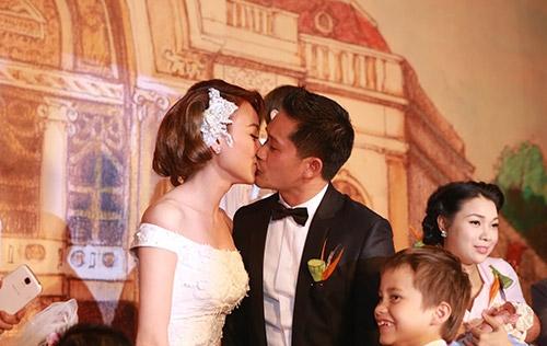 Ngân Khánh hôn chú rể Việt Kiều đắm đuối trong tiệc cưới