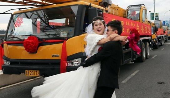 Đám cưới 'khủng' rước dâu bằng 4 chiếc xe cẩu 12 tỷ