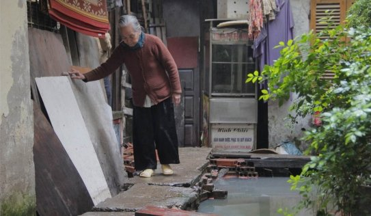 Video: Cận cảnh nơi người Hà Nội phải đi vệ sinh bằng... túi bóng