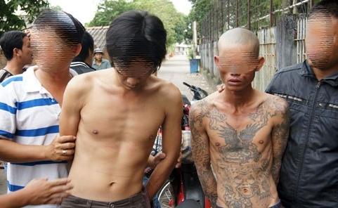 2 tên nhiễm HIV rút dao đâm chém xối xả hiệp sĩ đường phố