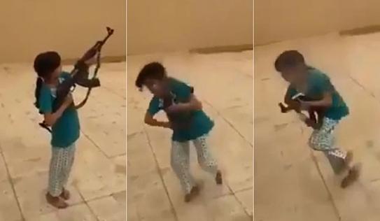 Video: Tập dùng súng AK-47, bé gái 10 tuổi suýt bắn chết bố