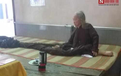 Cụ bà 79 tuổi mái tóc dài 6 mét và 60 năm chưa gội đầu