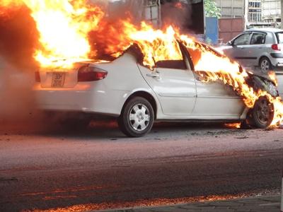 Xế sang bất ngờ bốc cháy khi đang chạy, 1 xe máy vạ lây