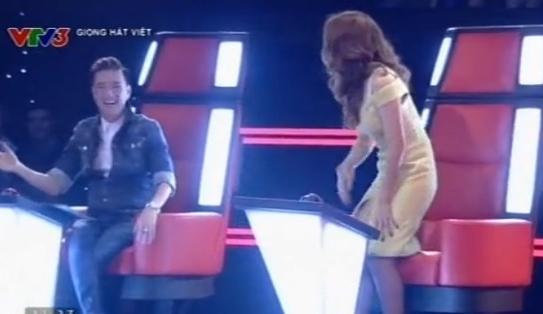 The Voice 2015 tập 1: Mr Đàm nắm tay Mỹ Tâm nhảy phấn khích vì thí sinh