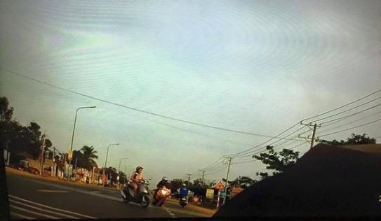 Môtô CBR1000 đánh lái ngoạn mục tránh phụ nữ qua đường đột ngột