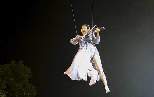 Mỹ nhân Hàn Jmi treo mình trên cáp đánh Violin