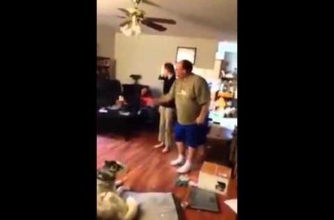 Video: Cười vỡ bụng chú chó cãi chủ 'bem bẻm'