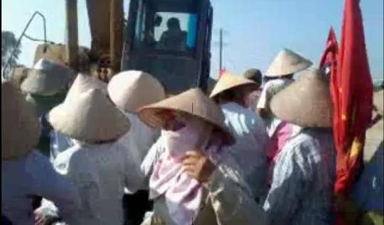 Một phụ nữ bị máy xúc chèn qua người
