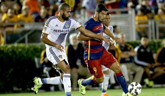 Suarez giúp Barca đánh bại đội bóng của Gerrard