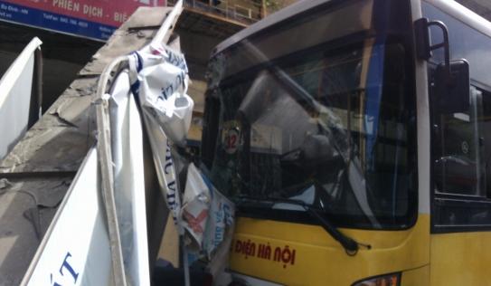 Hà Nội: Xe bus mất lái lao lên vỉa hè, tông đổ hàng loạt xe máy