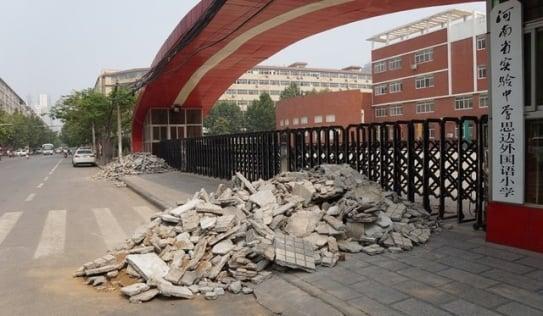 Trung Quốc: Con thi trượt, cha mẹ đổ gạch vụn trước cổng trường