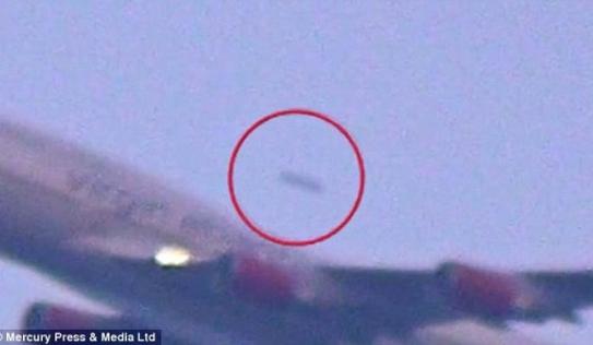 Video: Vật thể lạ bay vượt Boeing 747 đang cất cánh