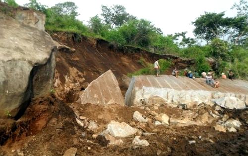 Sập mỏ đá, 4 công nhân bị chôn vùi
