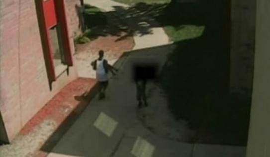 Video: Suýt bị bắt cóc khi đang chơi trước sân nhà