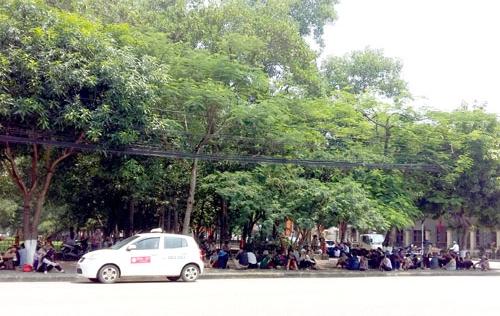 Hàng trăm tiểu thương đổ về trụ sở tỉnh, phản đối sáp nhập chợ mới