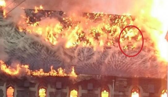 Xuất hiện hàng loạt mặt người trong đám cháy nhà thờ tại Anh