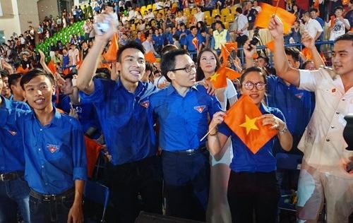 Phó Thủ tướng Vũ Đức Đam hát cùng các bạn trẻ Hà Nội