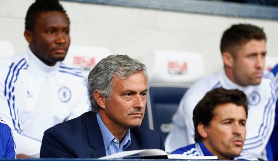 HLV Mourinho nhận 'quà đắng' trong ngày trọng đại