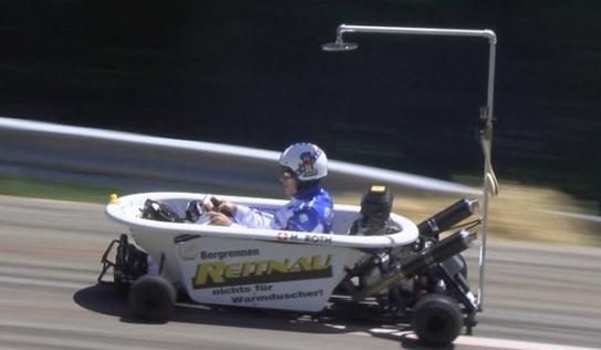 Video: Độc đáo với chiếc xe đua được làm từ bồn tắm