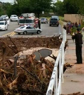 'Tường nước' cuốn trôi ô tô khiến 8 người thiệt mạng