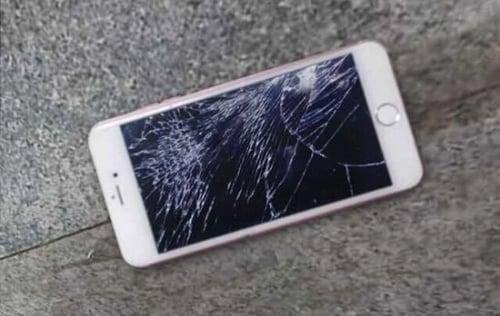Cô gái đập nát iPhone 6S 16 triệu vì giận bạn trai