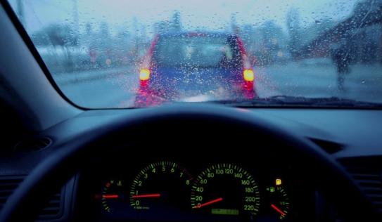 4 mẹo nhỏ xử lý kính ôtô mờ khi trời mưa