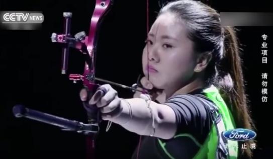 Video: Nữ cung thủ bắn cung xuyên qua 4 quạt điện đang quay