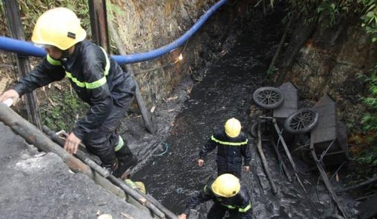 Sập hầm than Hòa Bình: Đào hầm xuyên đêm, tìm kiếm nạn nhân