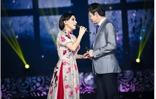 Phi Nhung tình tứ với 'tình cũ' trên sân khấu