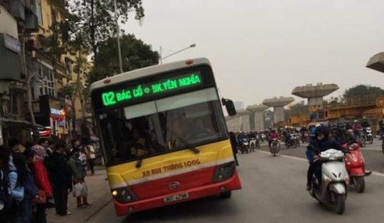 Dân mạng phát hoảng xe buýt nghiêng như sắp lật trên phố
