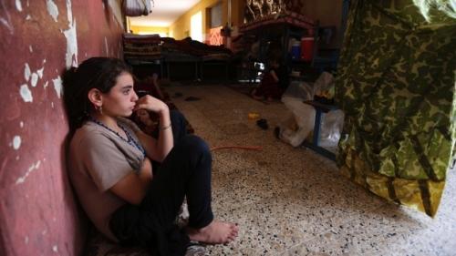 IS xông vào nhà trắng trợn bắt phụ nữ Yazidi làm nô lệ