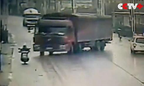 Xe tải mất lái chèn nát xe máy