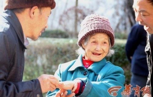 Chuyện tình cụ bà 98 tuổi và 'phi công trẻ' kém 35 tuổi