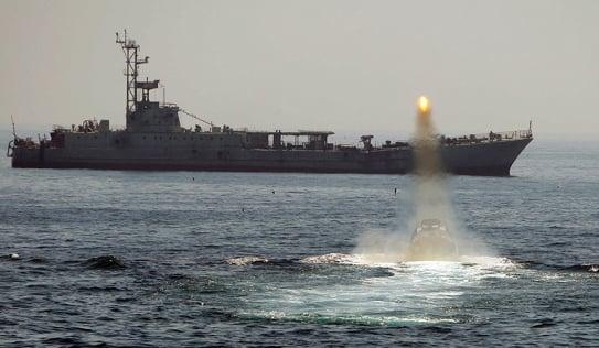 Video: Iran bắn tên lửa gần tàu sân bay Mỹ