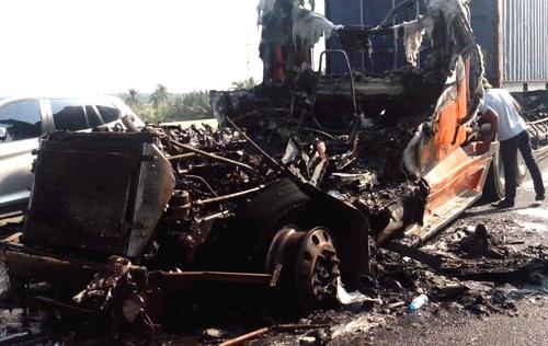 Xe đầu kéo bất ngờ phát nổ, cháy rụi trên cao tốc