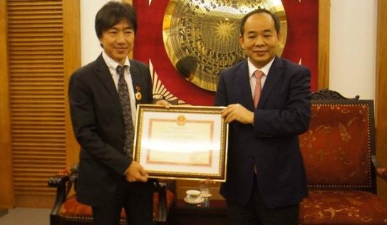 Bộ VHTTDL trao kỷ niệm chương cho HLV Toshiya Miura
