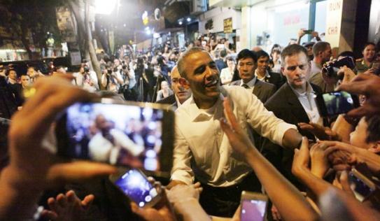 Video: Tổng thống Obama tươi cười, giản dị trong quán bún chả