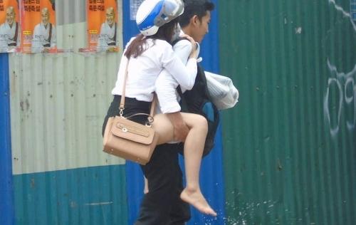 Những 'soái ca' gây bão mạng trong ngày Hà Nội lụt