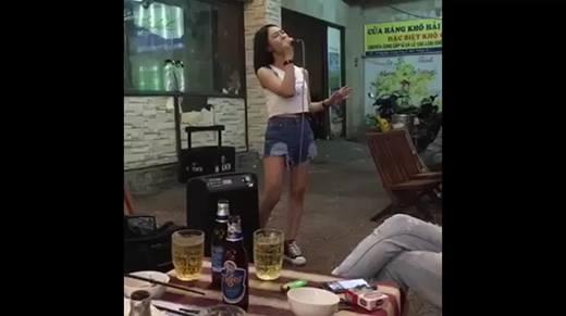 Video cô gái xinh đẹp 'hát rong' hay như Hương Tràm gây sốt cộng đồng mạng