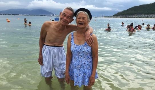 Bức ảnh cụ bà 87 tuổi nắm tay cụ ông trên biển 'gây bão' mạng