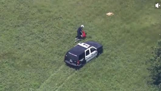 Video: Cảnh sát nhảy khỏi trực thăng truy đuổi trộm như phim hành động