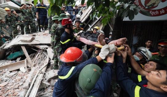 Hiện trường vụ sập nhà 4 tầng ở Hà Nội, nhiều người bị vùi lấp