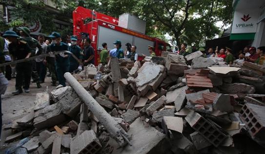Video: Cận cảnh vụ sập nhà cổ ở phố Cửa Bắc, Hà Nội