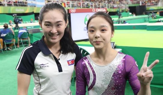 Vận động viên Triều Tiên và Hàn Quốc chụp ảnh cùng nhau tại Olympic 2016