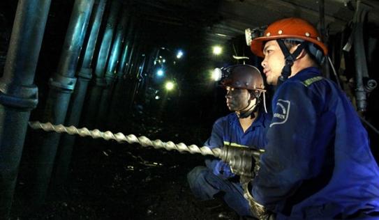 Hàng trăm người giải cứu công nhân hầm lò mắc kẹt ở độ sâu -380 m