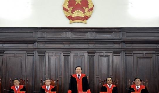 Lần đầu tiên thẩm phán TAND mặc áo choàng dài tay khi xét xử