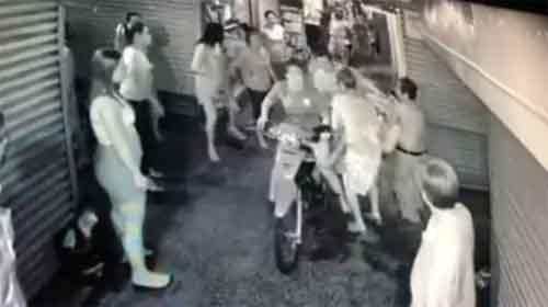Ngoái nhìn va chạm xe máy, người đàn ông bị đâm tới tấp trên phố