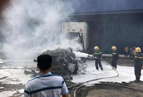 Xe container chở thanh long ở Bình Thuận bốc cháy dữ dội, thiệt hại tiền tỷ