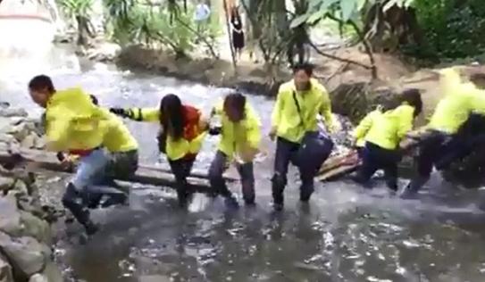 Nhóm phượt thủ 'tự sướng' làm sập cầu ở suối Cá Thần Thanh Hóa